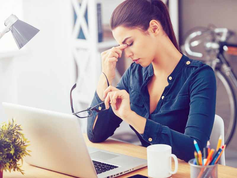 Dân văn phòng làm gì khi thường xuyên đau đầu?